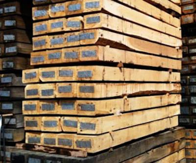 Стопка новых деревянных шпал